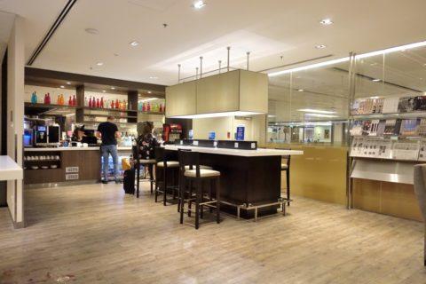 dnata-lounge-singapore/カウンターテーブル