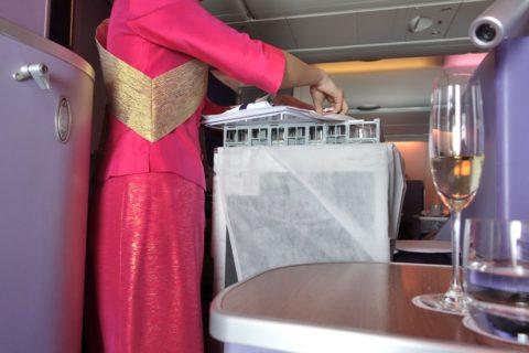 thaiairways-a380-businessclass/機内食の配膳