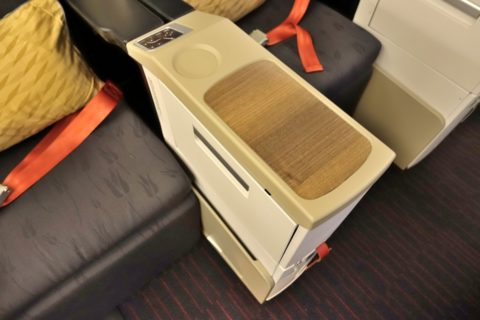 turkish-airlines-businessclass-b777/カクテルテーブル