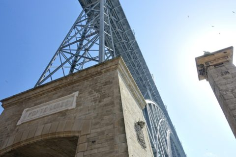 ドンルイス1世橋を見上げる