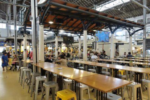mercado-de-campo-de-ourique/フードコートのテーブル