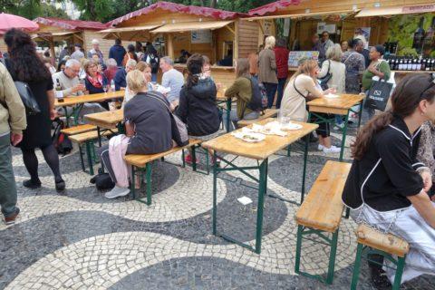 mercado-dos-mercaods/椅子とテーブル