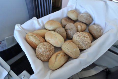 tap-air-portugal-businessclass/バスケットのパン