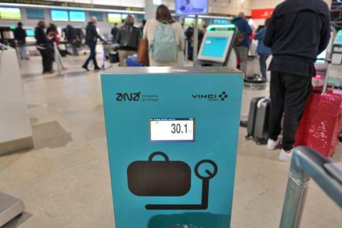 tap-premium-checkin-lisbon/スーツケースの重量計