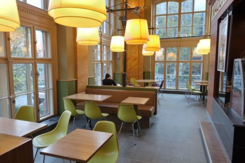 mcdonalds-budapest/椅子とテーブル