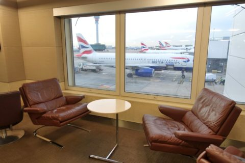 American-Airlines-International-FirstClass-Lounge-London/窓際のソファー