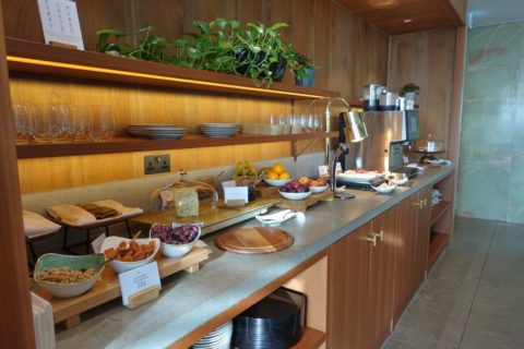 london-cathay-pacific-firstclass-lounge/チーズとフルーツカウンター
