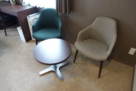 曽根崎Luxe-Hotel/椅子とテーブル