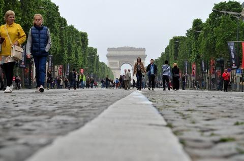 パリ第一日曜日のシャンゼリゼ通り