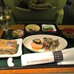 """わずか""""7分間""""の機内食サービスに8000円!? JAL国内線ファーストクラスの一律サービスに疑問"""